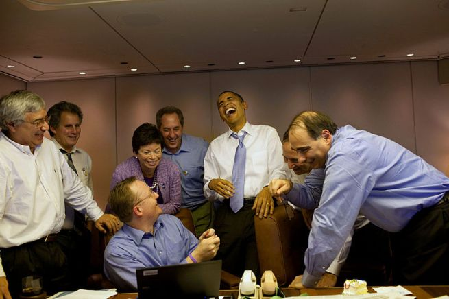 Barack-Obama-Valerie-Jarrett-David-Axelrod-And-Other-Staff-Members-Laugh-It-Up
