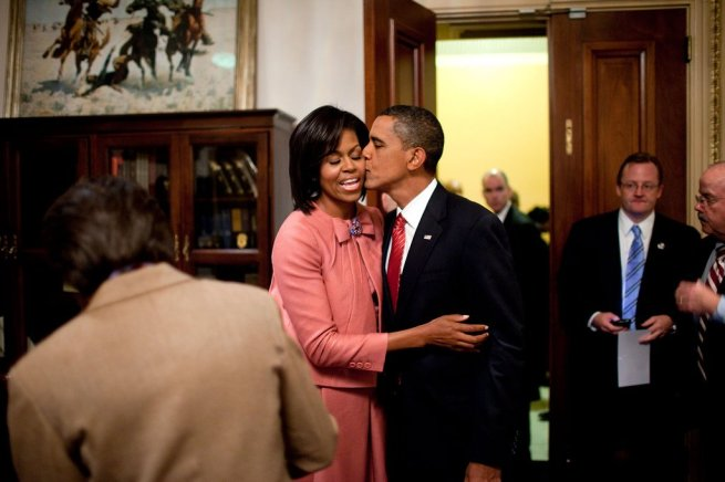 barack-gives-michelle-a-kiss-after-his-june-2009-health-care-speech