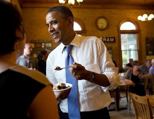 ht_barack_obama_eating_ice_cream_sundae_ss_thg_120719_ssh