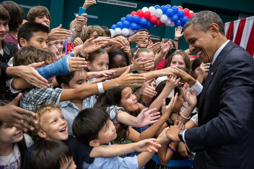 Barack_Obama_with_children_at_Chulalongkorn_University