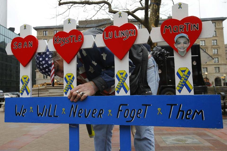2014-04-15T170940Z_1947078716_GF2EA4F1AYG01_RTRMADP_3_USA-EXPLOSIONS-BOSTON-MEMORIAL-12943