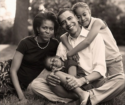 barack_obama_michelle_obama_and_daughters_2007
