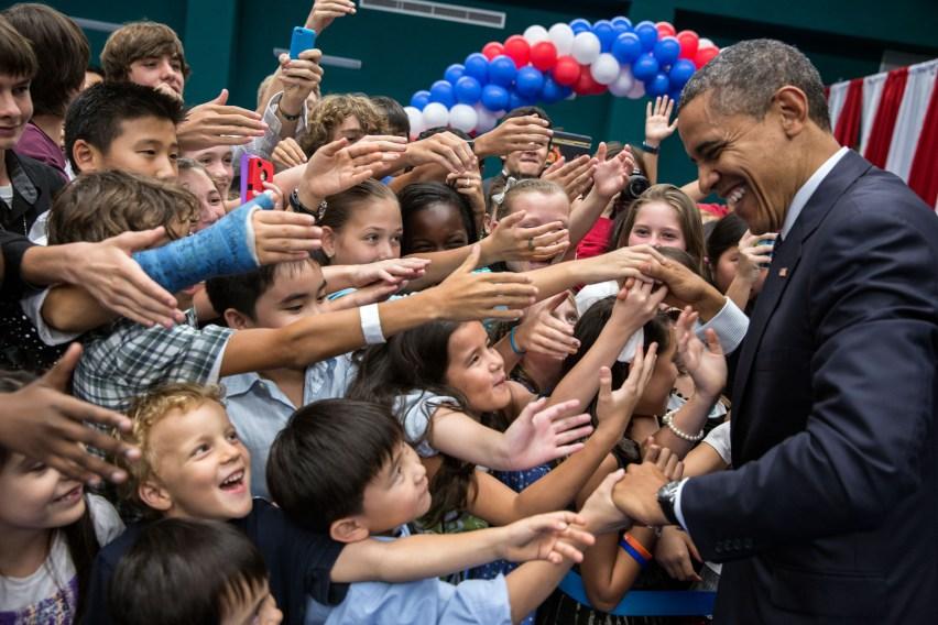 barack_obama_with_children_at_chulalongkorn_university