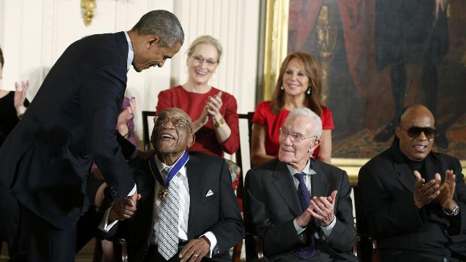 2014-11-24T220549Z_810885061_TB3EABO1PQLSH_RTRMADP_3_USA-OBAMA-MEDALS