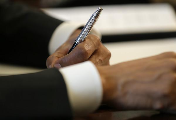 Barack+Obama+Obama+Signs+Memorandum+Disapproval+Ee_CWNUYWO2l