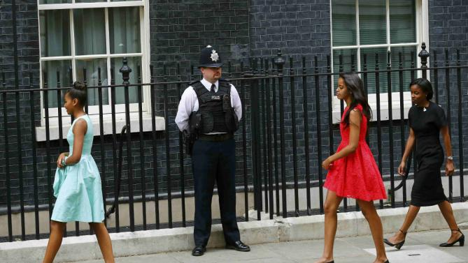 Sasha (L) and Malia (2nd R), the daughters of U.S. first lady Michelle Obama, arrive at Number 10 Downing Street in London June 16, 2015. REUTERS/Darren Staples