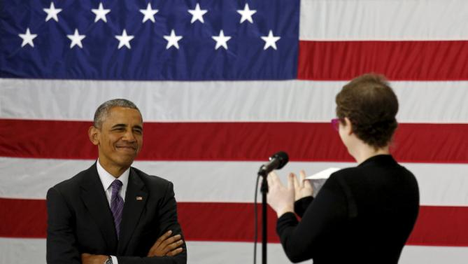 U.S. President Barack Obama receives applause from Kelly Bryant as she introduces him to speak about the Affordable Care Act during a visit to Taylor Stratton Elementary School in Nashville, Tennessee July 1, 2015. Bryant is a breast care survivor who wrote Obama a letter to tell of her positive experience with the Affordable Care Act. Obama picked up Bryant at her home to take her to the event.  REUTERS/Kevin Lamarque       TPX IMAGES OF THE DAY