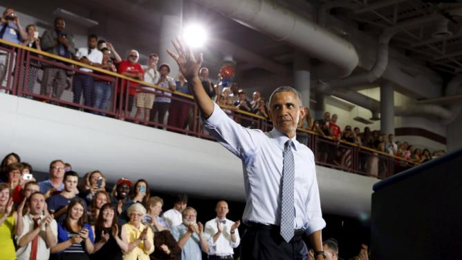 U.S. President Barack Obama waves to the audience after speaking about the economy during a visit to the University of Wisconsin La Crosse July 2, 2015. REUTERS/Kevin Lamarque       TPX IMAGES OF THE DAY