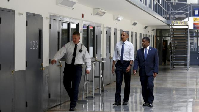 U.S. President Barack Obama visits the El Reno Federal Correctional Institution outside Oklahoma City July 16, 2015. With Obama are Bureau of Prisons Director Charles Samuels (R) and correctional officer Ronald Warwick. Obama is the first sitting president to visit a federal prison.      REUTERS/Kevin Lamarque