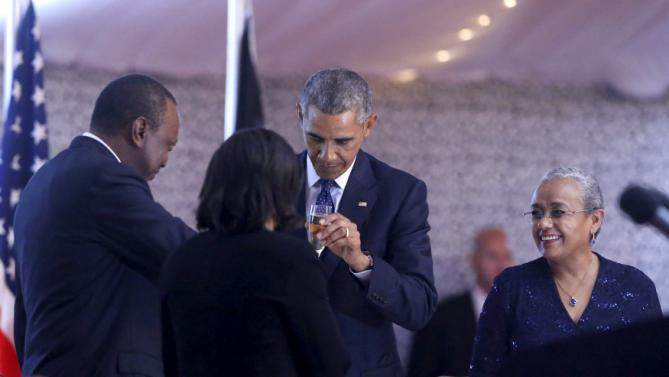 U.S. President Barack Obama (C) and Kenya's President Uhuru Kenyatta (L) share a toast at the end of a state dinner in Obama's honor at the State House in Nairobi July 25, 2015. Obama told African entrepreneurs in Kenya on Saturday they could help counter violent ideologies and drive growth in Africa, and said governments had to assist by ensuring the rule of law was upheld and by tackling corruption. REUTERS/Jonathan Ernst
