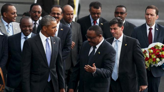Ethiopia's Prime Minister Hailemariam Desalegn (center R) greets U.S. President Barack Obama as he arrives aboard Air Force One at Bole International Airport in Addis Ababa, Ethiopia July 26, 2015. REUTERS/ Tiksa Negeri