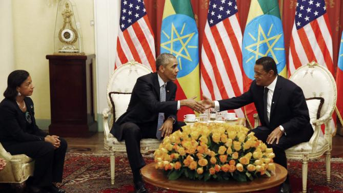 Ethiopia's President Mulatu Teshome (R) welcomes U.S. President Barack Obama for a meeting at the National Palace in Addis Ababa, Ethiopia July 27, 2015. Also pictured is U.S. National Security Advisor Susan Rice (L). REUTERS/Jonathan Ernst