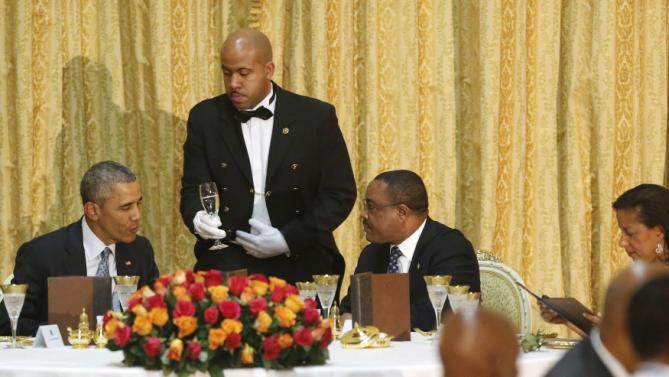 U.S. President Barack Obama (L) and Ethiopia's Prime Minister Hailemariam Desalegn (C) sit down to a State Dinner in Obama's honor at the National Palace in Addis Ababa, Ethiopia July 27, 2015. Also pictured is U.S. National Security Advisor Susan Rice (R). REUTERS/Jonathan Ernst