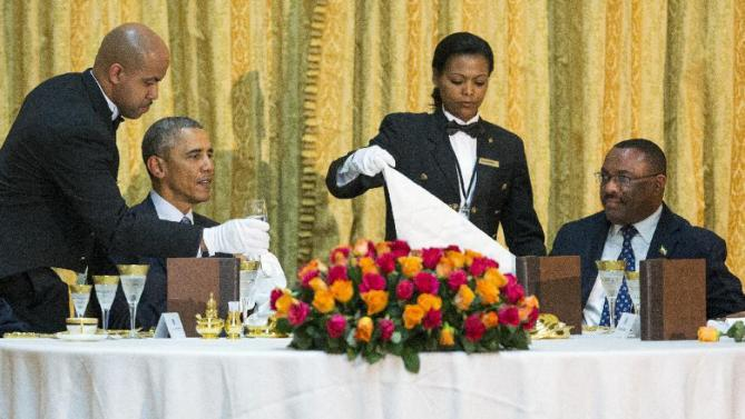 President Barack Obama and Ethiopian Prime Minister Hailemariam Desalegn, right, are waited on during a state dinner, Monday, July 27, 2015, at the National Palace in Addis Ababa. Obama is the first sitting U.S. president to visit Ethiopia. (AP Photo/Evan Vucci)