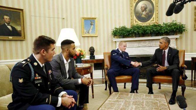 U.S. President Barack Obama meets with Spencer Stone (2nd R), Anthony Sadler (2nd L) and Alek Skarlatos (L), the three men who subdued a gunman on a Paris-bound train in August, at the Oval Office At the White House in Washington September 17, 2015. REUTERS/Carlos Barria TPX IMAGES OF THE DAY