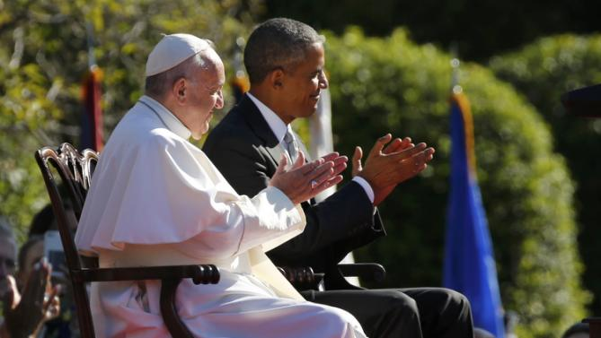 U.S. President Barack Obama applauds with Pope Francis (L) as the pontiff is welcomed to the White House during a ceremony in Washington September 23, 2015. REUTERS/Jonathan Ernst