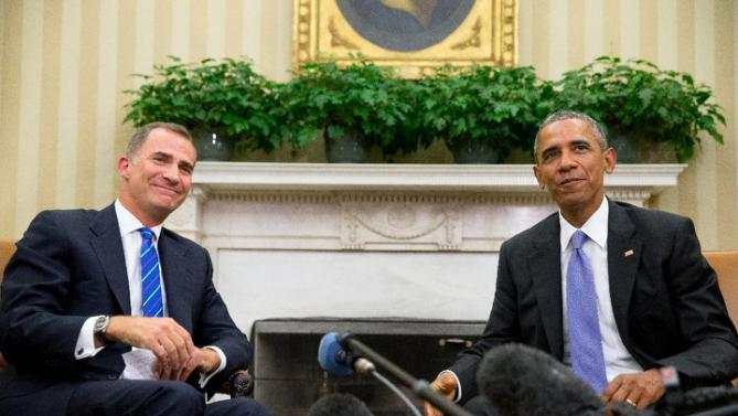 President Barack Obama and Spain's King Felipe VI smile at members of the media following a bilateral meeting, Tuesday, Sept. 15, 2015, in the Oval Office of the White House in Washington. (AP Photo/Andrew Harnik)