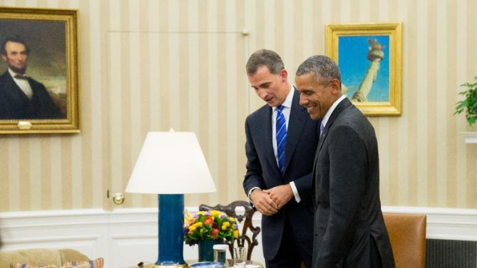 President Barack Obama and Spain's King Felipe VI speak together following a bilateral meeting, Tuesday, Sept. 15, 2015, in the Oval Office of the White House in Washington. (AP Photo/Andrew Harnik)