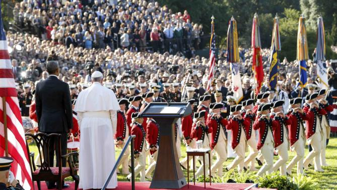 "U.S. President Barack Obama (L) and Pope Francis watch onstage as the ""Old Guard"" fife and drum corps marches past during an official welcome ceremony on the South Lawn at the White House in Washington September 23, 2015. REUTERS/Jonathan Ernst (TPX IMAGES OF THE DAY)"