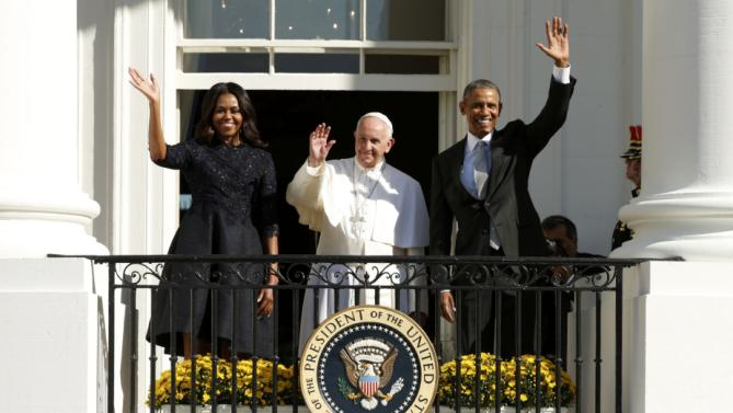 U.S. President Barack Obama (R), first lady Michelle Obama, and Pope Francis wave from a balcony during an official welcoming ceremony held at the White House in Washington September 23, 2015. REUTERS/Kevin Lamarque