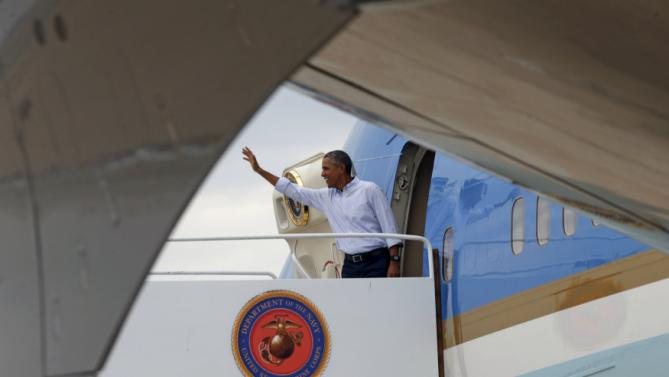 U.S. President Barack Obama waves from Air Force One as he departs San Diego October 12, 2015. Obama spent the long weekend in California attending Democratic fund raisers and playing golf. REUTERS/Kevin Lamarque
