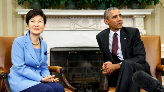 U.S. President Barack Obama (R) and South Korea's President Park Geun-hye watch reporters fill the room as they sit down for their meeting in the Oval Office the White House in Washington, October 16, 2015. REUTERS/Jonathan Ernst