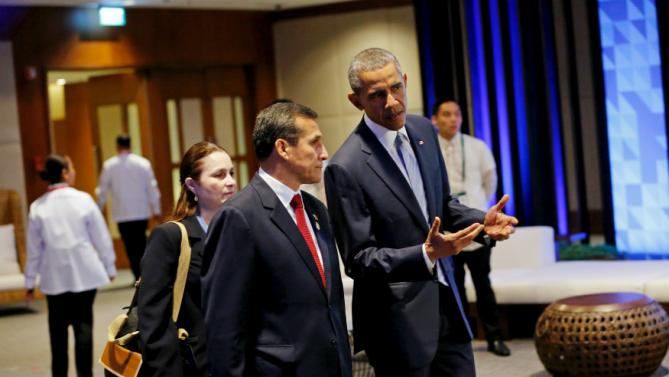 Peru President Ollanta Humala (center L) and U.S. President Barack Obama (center R) talk as they arrive to participate in the APEC Summit retreat session on regional economic integration, in Manila, Philippines, November 19, 2015. REUTERS/Jonathan Ernst