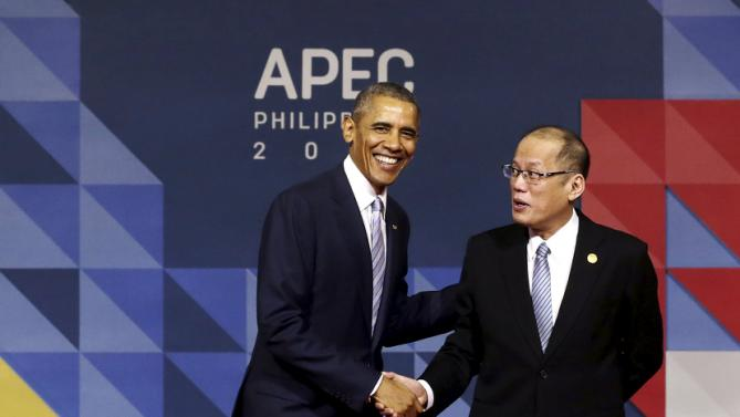 U.S. President Barack Obama is greeted by Filipino President Benigno Aquino III as he arrives for the Asia-Pacific Economic Cooperation (APEC) leaders meeting in Manila, Philippines, November 19, 2015. REUTERS/Mast Irham/Pool