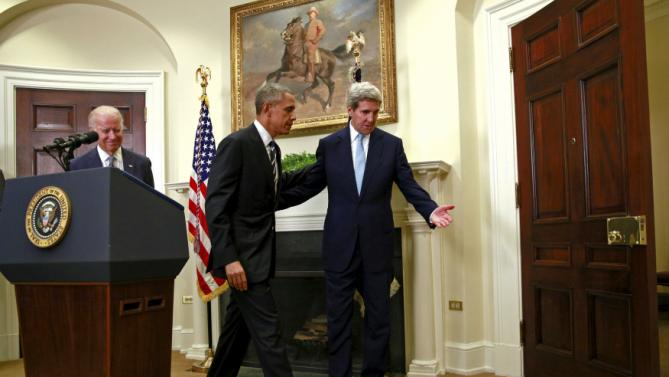 Secretary of State John Kerry (R) escorts U.S. President Barack Obama back to the Oval Office after Obama spoke about the Keystone XL oil pipeline, at the White House in Washington November 6, 2015. Obama on Friday rejected the proposed Keystone XL oil pipeline from Canada in a victory for environmentalists who have campaigned against the project for more than seven years. REUTERS/Kevin Lamarque