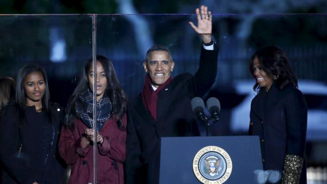 U.S. President Barack Obama waves as he with First lady Michelle Obama (R) and their daughters Sasha (L) and Malia host the National Christmas Tree Lighting and Pageant of Peace ceremony on the Ellipse near the White House in Washington December 3, 2015. REUTERS/Yuri Gripas