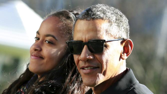 U.S. President Barack Obama walks with his daughter Malia on the South Lawn of the White House in Washington January 3, 2016. The Obama family returned from Hawaii, the president's home state, after concluding a 15-day holiday vacation. REUTERS/Yuri Gripas