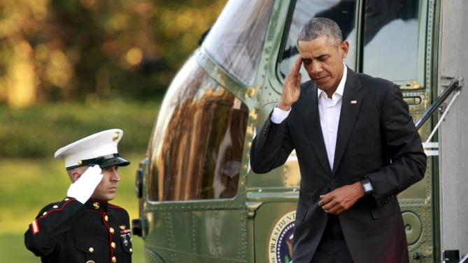 U.S. President Barack Obama salutes as he steps off the Marine One helicopter on the South Lawn of the White House upon return to Washington from Louisiana January 14, 2016. REUTERS/Yuri Gripas