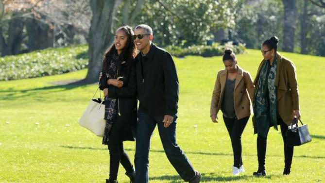 U.S. President Barack Obama walks with first lady Michelle Obama (R) and their daughters Malia (L) and Sasha on the South Lawn of the White House in Washington January 3, 2016. The Obama family returned from Hawaii, the president's home state, after concluding a 15-day holiday vacation. REUTERS/Yuri Gripas