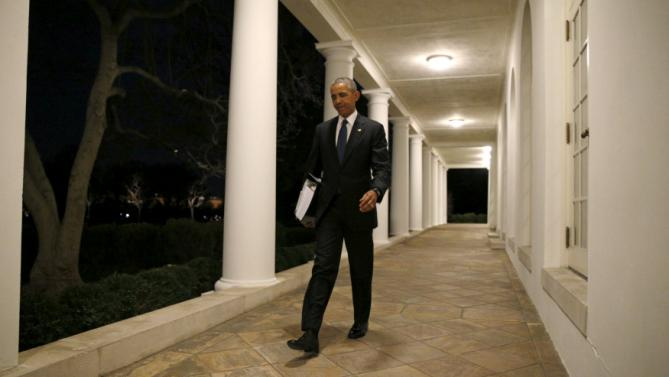 Carrying a binder containing material on potential Supreme Court nominees, U.S. President Barack Obama walks toward the residence of the White House in Washington February 19, 2016. This weekend, Obama is expected to review material his team has prepared for him on a replacement for late Justice Antonin Scalia REUTERS/Kevin Lamarque