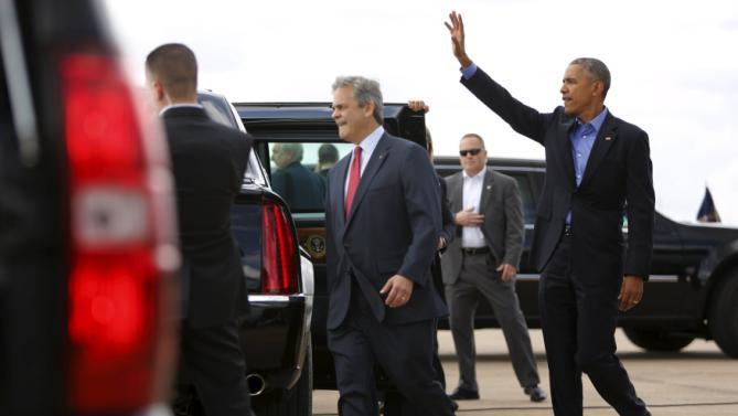 U.S. President Barack Obama (R) waves after he was greeted by Austin Mayor Steve Adler (C) upon arriving aboard Air Force One at Austin Bergstrom International Airport in Austin, Texas March 11, 2016. While in Austin, Obama will participate in the South by Southwest Interactive and Democratic Party events. REUTERS/Jonathan Ernst