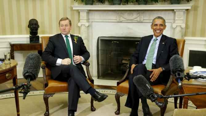 U.S. President Barack Obama (R) smiles as he waits for reporters to enter the room as he welcomes Ireland's Prime Minister Enda Kenny in the Oval Office at the White House in Washington March 15, 2016. REUTERS/Jonathan Ernst