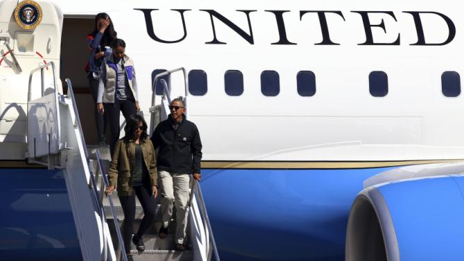 U.S. President Barack Obama and first lady Michelle Obama arrive with their daughters Malia and Sasha at the Patagonian San Carlos de Bariloche airport, Argentina, March 24, 2016. REUTERS/Chiwi Giambirtone EDITORIAL USE ONLY. NO RESALES. NO ARCHIVE