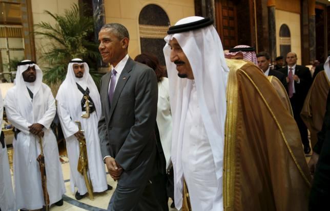 U.S. President Barack Obama and Saudi King Salman walk together following their meeting at Erga Palace in Riyadh, Saudi Arabia April 20, 2016. REUTERS/Kevin Lamarque