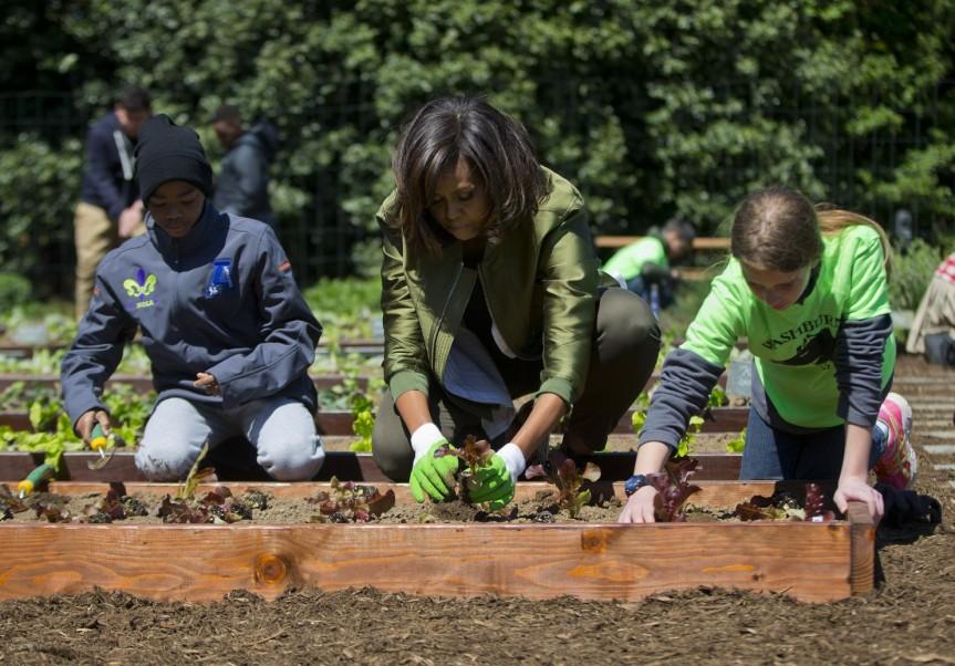 Michelle_Obama_White_House_Garden-04c1a