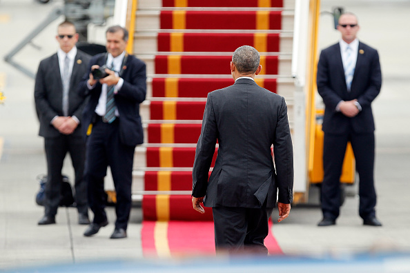 US President Barack Obama (C) walks toward Air Force One upon his departure from Noi Bai international airport in Hanoi on May 24, 2016, headed for Ho Chi Minh City in the south. US President Barack Obama told communist Vietnam on May 24 that basic human rights would not jeopardise its stability, in an impassioned appeal for the one-party state to abandon authoritarianism. / AFP / POOL / LUONG THAI LINH (Photo credit should read LUONG THAI LINH/AFP/Getty Images)