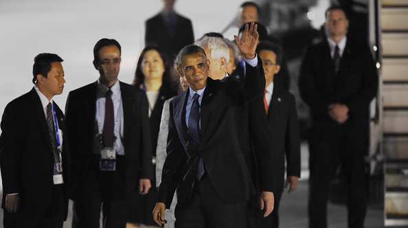 US President Barack Obama waves upon arriving at Chubu Centrair International Airport at Tokoname, Aichi prefecture, outside Nagoya on May 25, 2016 ahead of the 2016 G7 Summit. / AFP / MANAN VATSYAYANA (Photo credit should read MANAN VATSYAYANA/AFP/Getty Images)