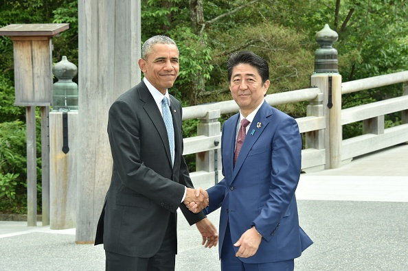 ISE, JAPAN - MAY 26: Japanese Prime Minister Shinzo Abe (R) and US President Barack Obama (L) shake hands prior to G7 leaders summit at the Ise Jingu (Shrine) on May 26, 2016 in Ise, Mie Prefecture, Japan. (Photo by Ministry of Foreign Affairs of Japan / Handout /Anadolu Agency/Getty Images)