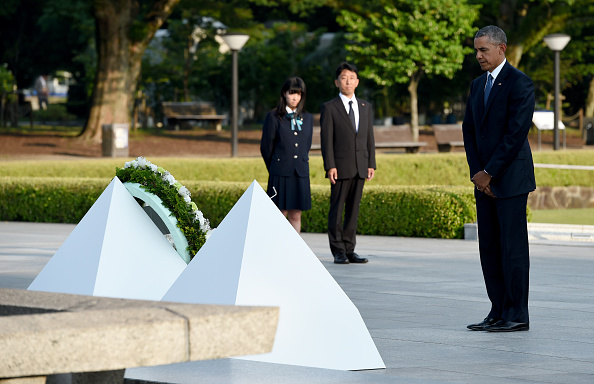 US President Barack Obama (R) holds a minute silence after placing a wreath at the cenotaph in the Peace Momorial park in Hiroshima on May 27, 2016 with Japanese Prime Minister Shinzo Abe. Obama on May 27 paid a moving tribute to victims of the world's first nuclear attack. / AFP / TOSHIFUMI KITAMURA (Photo credit should read TOSHIFUMI KITAMURA/AFP/Getty Images)