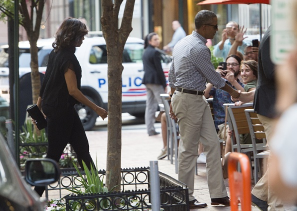 US President Barack Obama and First Lady Michelle Obama arrive for dinner at Oyamel in Washington, DC on May 28, 2016. / AFP / SAUL LOEB (Photo credit should read SAUL LOEB/AFP/Getty Images)