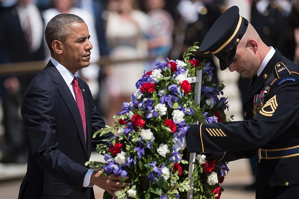 US President Barack Obama places a wreath at the Tomb of the Unknowns to honor Memorial Day at Arlington National Cemetery May 30, 2016 in Arlington, Virginia. / AFP / Brendan Smialowski (Photo credit should read BRENDAN SMIALOWSKI/AFP/Getty Images)