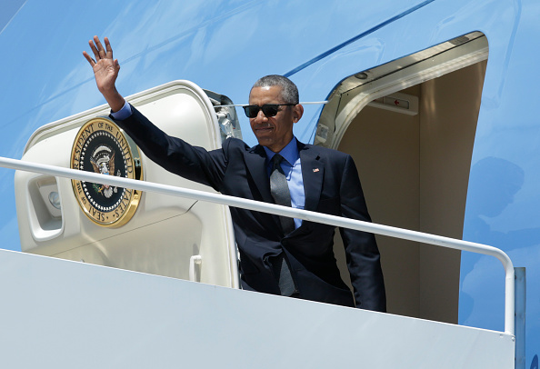 US President Barack Obama waves as he boards Air Force One at Joint Base Andrews, Maryland on June 8, 2016 en route to New York. / AFP / YURI GRIPAS (Photo credit should read YURI GRIPAS/AFP/Getty Images)