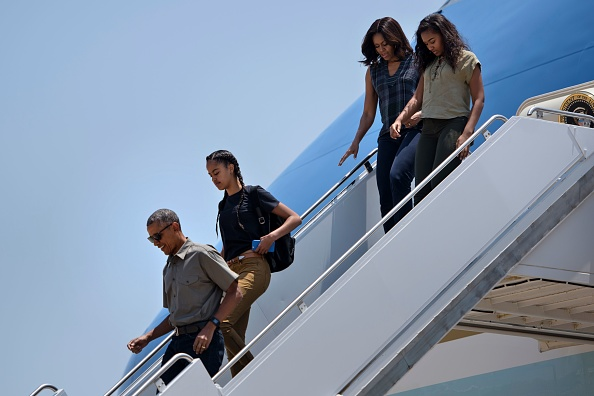 From left US President Barack Obama, Malia Obama, US First Lady Michelle Obama and Sasha Obama arrive at Roswell International Air Center on June 17, 2016 in Roswell, New Mexico. / AFP / Brendan Smialowski (Photo credit should read BRENDAN SMIALOWSKI/AFP/Getty Images)