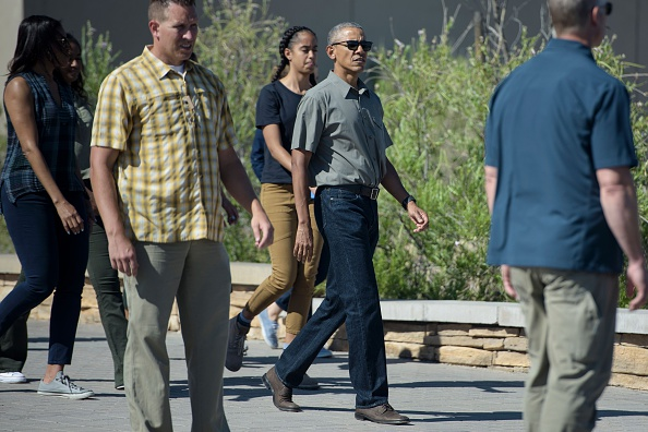 US President Barack Obama and the first family walk to a motorcade after touring Carlsbad Caverns National Park on June 17, 2016 in Carlsbad, New Mexico. / AFP / Brendan Smialowski (Photo credit should read BRENDAN SMIALOWSKI/AFP/Getty Images)