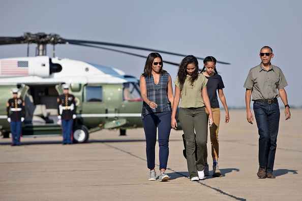 US first lady Michelle Obama with daughters Sasha and Malia and President Barack Obama walk to board Air Force One at Roswell International Air Center on June 17, 2016 in Roswell, New Mexico. / AFP / Brendan Smialowski (Photo credit should read BRENDAN SMIALOWSKI/AFP/Getty Images)