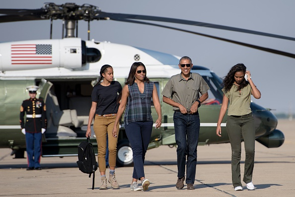 US President Barack Obama with first lady Michelle Obama and their daughters Sasha (R) and Malia (L) walk to board Air Force One at Roswell International Air Center on June 17, 2016 in Roswell, New Mexico. / AFP / Brendan Smialowski (Photo credit should read BRENDAN SMIALOWSKI/AFP/Getty Images)